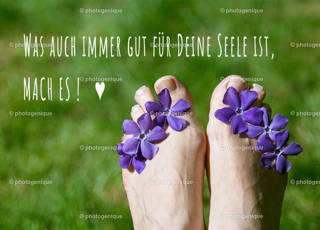 Was auch immer für Deine Seele gut ist, mach es! | Füße mit lila Blumen auf einer grünen Wiese