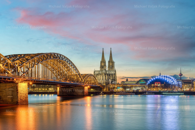 Abendstimmung in Köln | Blick vom Rheinufer auf die Hohenzollernbrücke, den Kölner Dom und den Musical Dome.