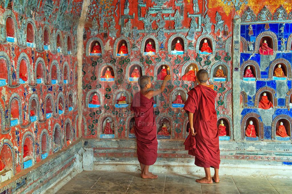 MW0115-9148 | Myanmar: Novizen zünden vor dem Gebet in einem buddhistischen Kloster Kerzen an.