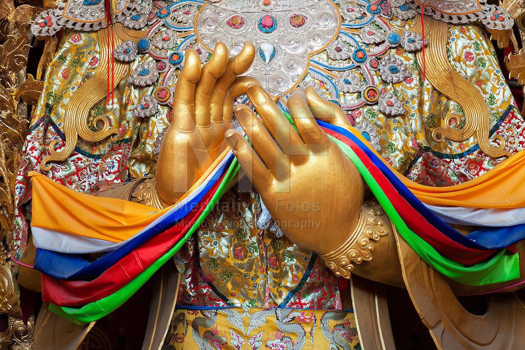 MW0411-8960 | Tibet: Hände einer Buddha-Statue im buddhistischen Kloster