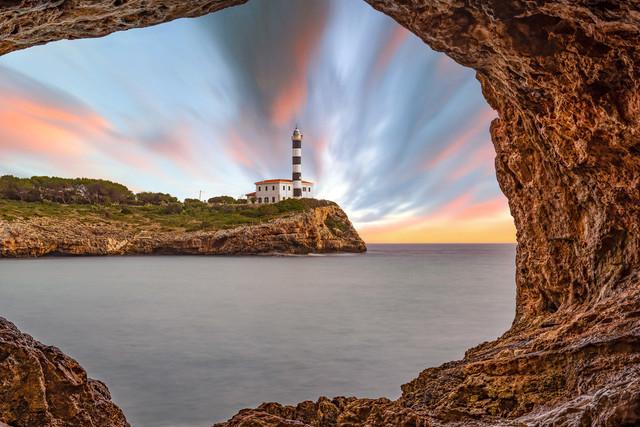 Portocolom Leuchtturm durch Felsenloch , Mallorca