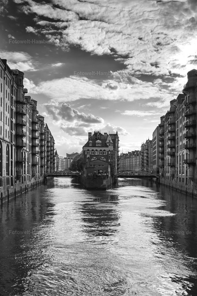 10210515 - Wasserschloss in schwarzweiß III | Blick auf das Wasserschloß in der Speicherstadt.