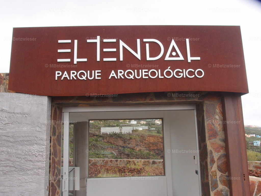 P2184956 | Eingang zum Archäologie Zentrum