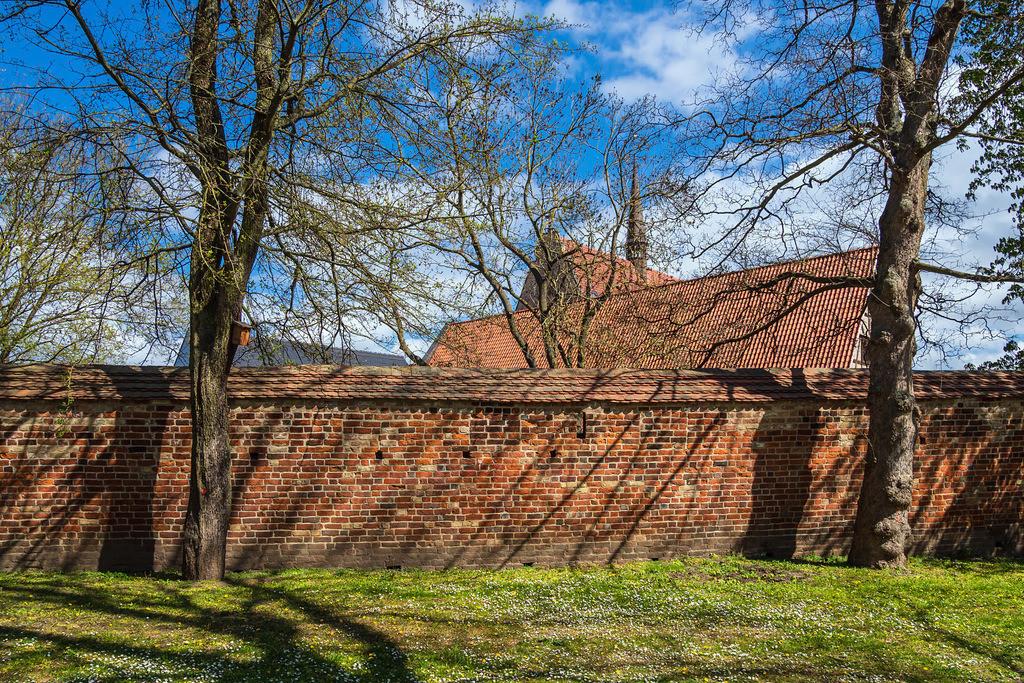 Kloster zum Heiligen Kreuz und Stadtmauer in der Hansestadt Rostock | Kloster zum Heiligen Kreuz und Stadtmauer in der Hansestadt Rostock.