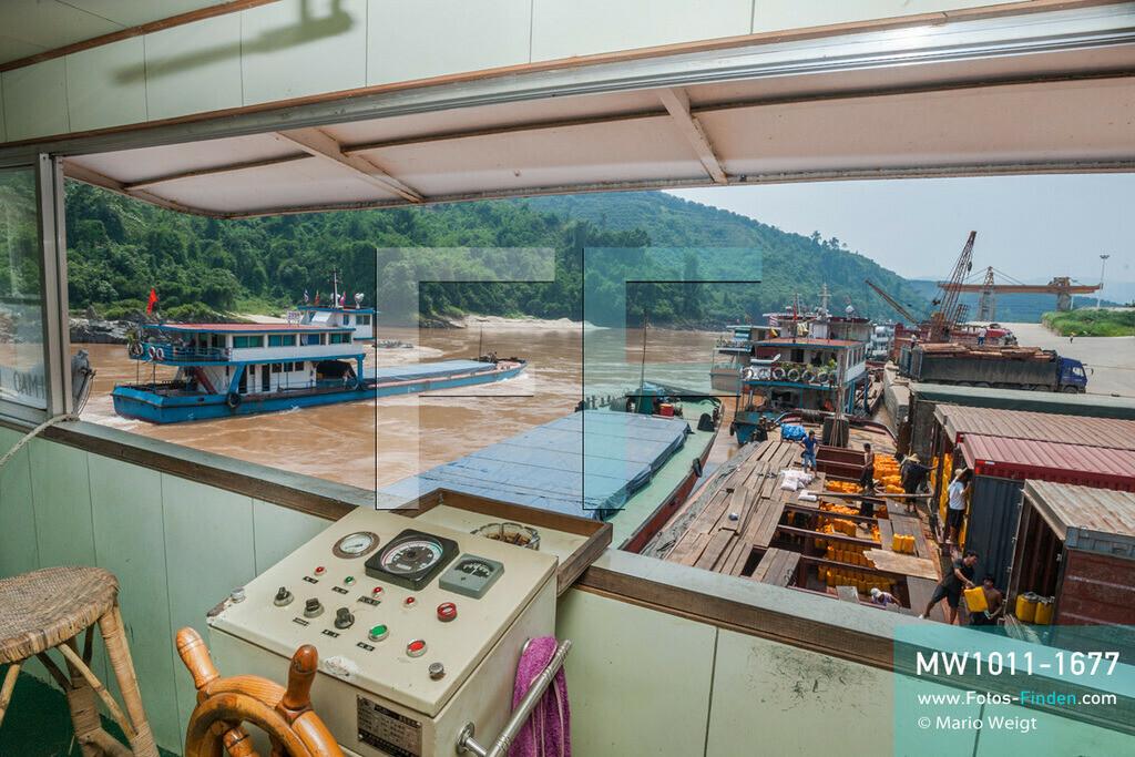 MW1011-1677 | China - Thailand | Provinz Yunnan | Xishuangbanna | Reportage: Schiffsreise mit dem Cargoboot von Guan Lei nach Chiang Saen auf dem Mekong | Beladen von Cargoschiff Jia Xiang 2 im Hafen von Guan Lei. In China heißt der Mekong Lancang Jiang (Turbulenter Fluss).  ** Feindaten bitte anfragen bei Mario Weigt Photography, info@asia-stories.com **