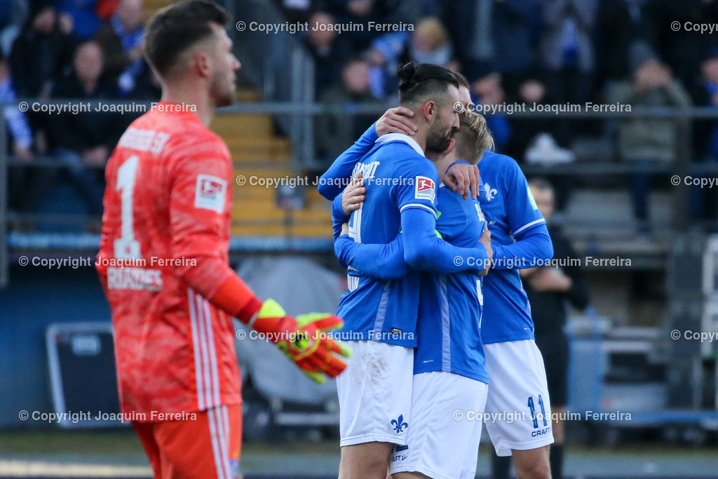 191221svdvshsv_0747 | 21.12.2019 Fussball 2.Bundesliga, SV Darmstadt 98-Hamburger SV emspor, despor  v.l.,  Goalkeeper, Torwart Daniel Heuer Fernandes (Hamburger SV) enttaeuscht, enttaeuscht schauend, dissapointed, Serdar Dursun (SV Darmstadt 98),Fabian Holland (SV Darmstadt 98), Tobias Kempe (SV Darmstadt 98), Torjubel, Goal celebration, celebrate the goal      (DFL/DFB REGULATIONS PROHIBIT ANY USE OF PHOTOGRAPHS as IMAGE SEQUENCES and/or QUASI-VIDEO)
