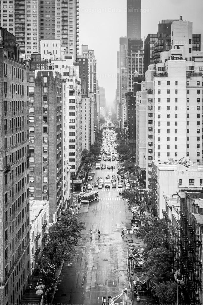 New York - Street View | New York City - die Stadt die niemals schläft. Groß, laut, voll, eng, aufregend, gigantisch und anregend. New York ist die Stadt, die man nicht wieder vergißt. Dies ist ein Blick in die First Avenue von oben an einem regnerischen Tag. Tauche ein in die Metropole und entdecke Neues.