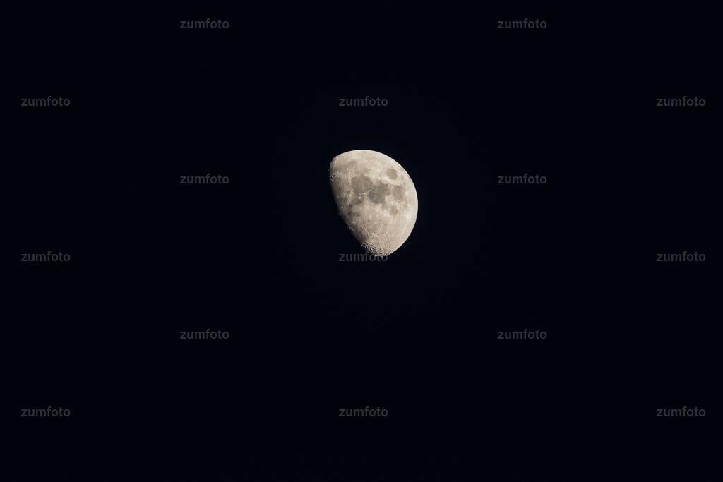 0-160317_182724-3905 | Dateigröße 5472 x 3648 Pixel Halbmond am Nachthimmel