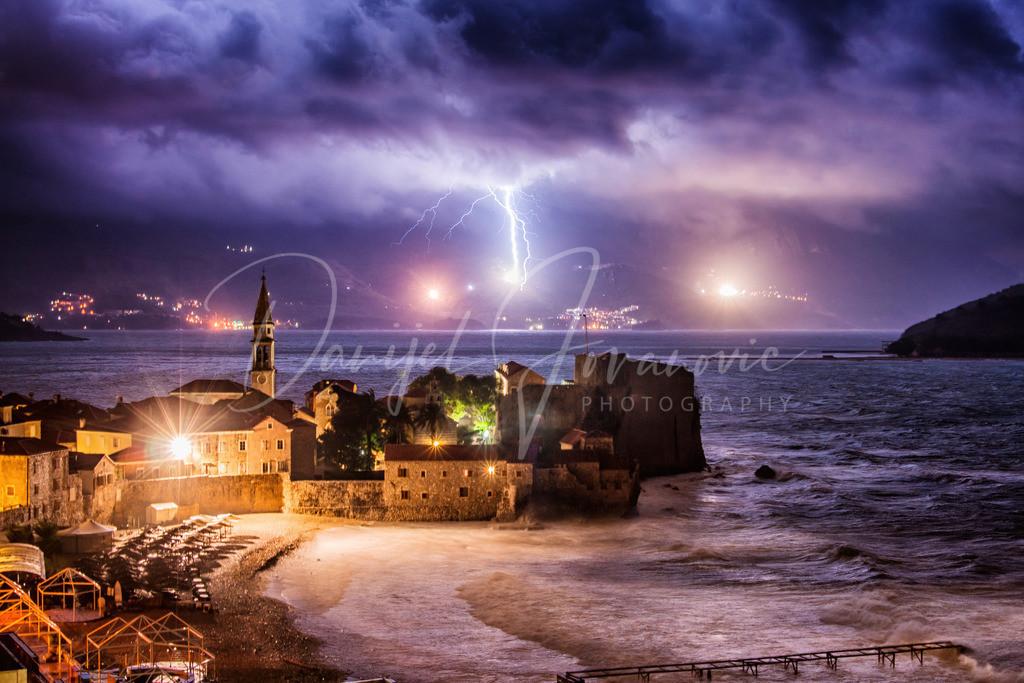 Gewitter   Ein starkes Gewitter über Budva