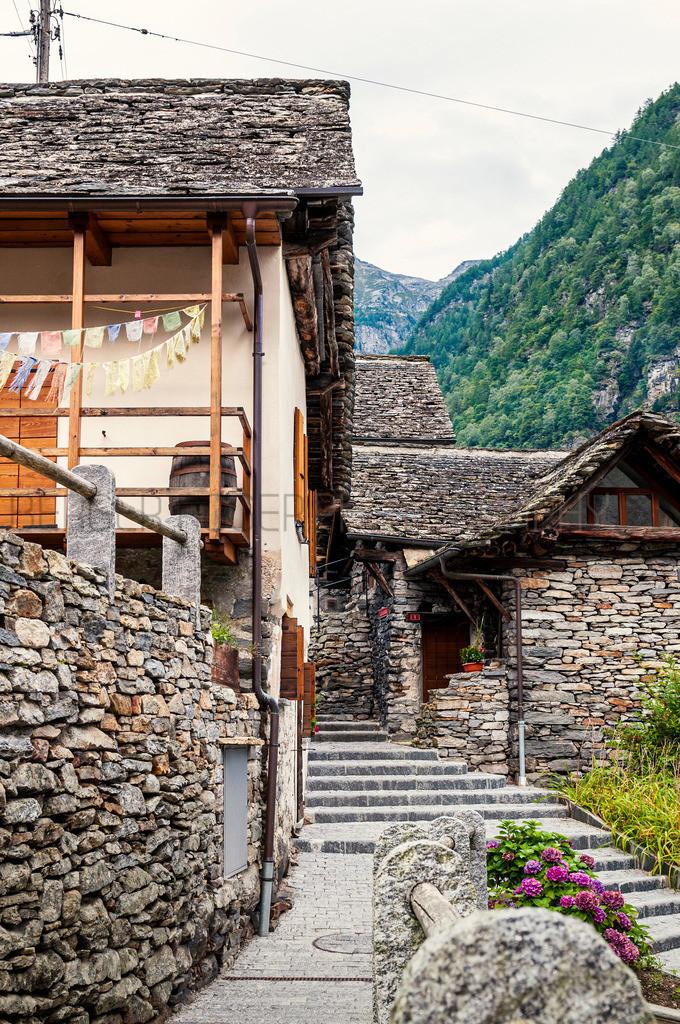 Gasse mit alten Steinhäuser | Aufgenommen 2014 im Wallis