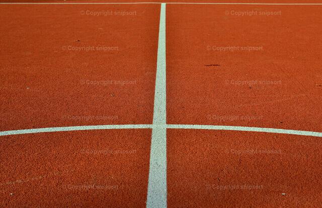 Sportplatz | Detail von einem gekennzeichneten orangenfarbenen Sportplatz.