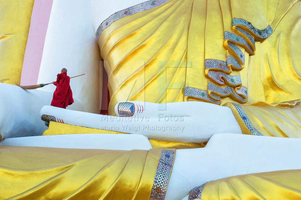 MW0115-5384 | Myanmar: Ein Novize reinigt in Bago eine Buddha-Statue.