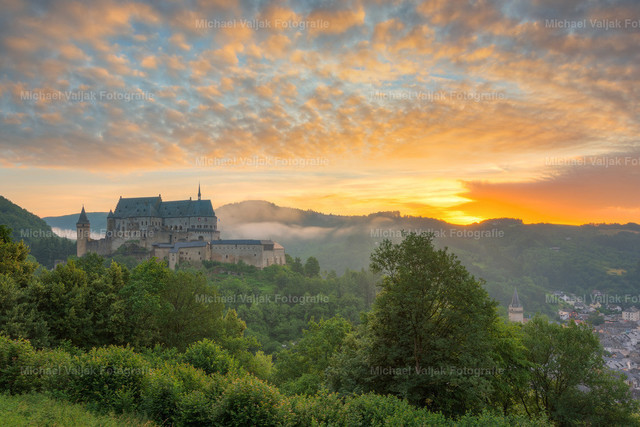 Burg Vianden in Luxemburg | Blick auf die Burg Vianden in Luxemburg bei einem grandiosen Sonnenaufgang.