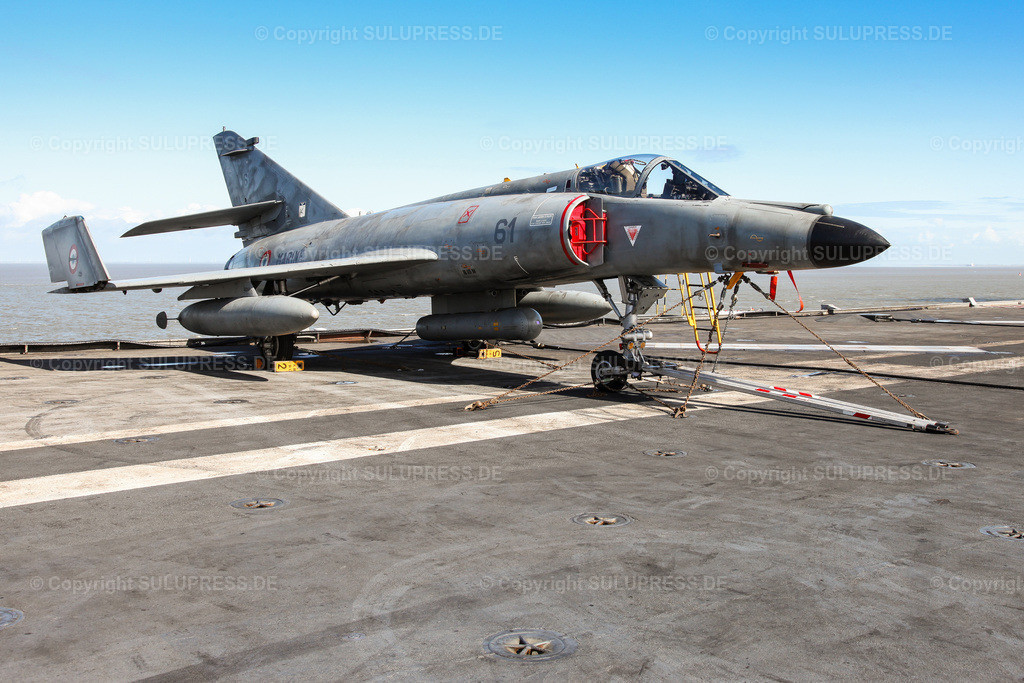 Dassault Super Étendard Kampfflugzeug | 09.04.2010, eine Dassault Super Étendard, ein einstrahliges Kampfflugzeug des Herstellers Dassault Aviation auf dem französischen Flugzeugträger R 91 'Charles de Gaulle' im Hafen von Cuxhaven. Bis 2016 waren die Jagdbomber vom Typ Dassault 'Super Étendard' mit an Bord.