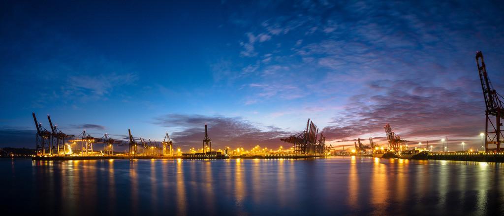 Blue Dawn Port   Morgendämmerung mit Blick auf den Burchardkai im Hamburger Hafen