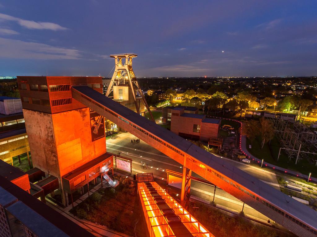 JT-140917-8946 | Welterbe Zeche Zollverein,  Blick von der Kohlenwäsche mit dem Ruhrmuseum, auf das Doppelbock Fördergerüst, Schacht 12,