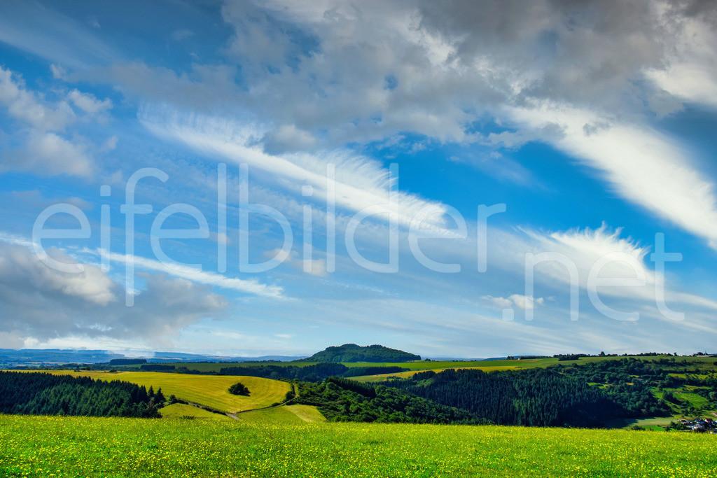 Blick auf den Mosenberg   Eifelllandschaft - Blick von den Höhen Meerfelds Richtung Mosenberg