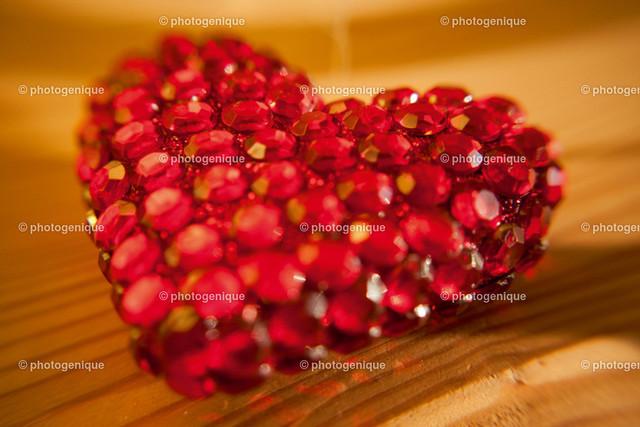 Rotes Glitzerherz | glitzerndes rotes Herz auf hellem Holz
