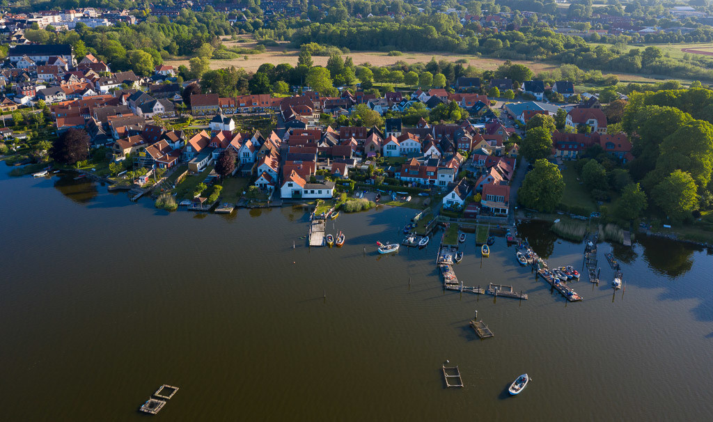 Fischersiedlung Holm in Schleswig an der Schlei © Holger Rüdel | Luftaufnahme der Fischersiedlung Holm in Schleswig an der Schlei. Das Bild entstand kurz nach Sonnenaufgang. An den Brücken sind die offenen Motorboote der Holmer Fischer zu erkennen.