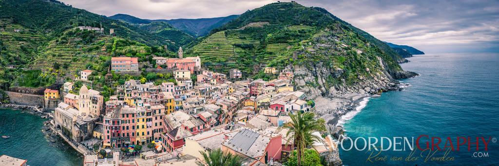 Cinque Terre / Italien | Als Cinque Terre (deutsch etwa Fünf Länder oder Fünf Ortschaften) wird ein etwa zwölf Kilometer langer, klimabegünstigter Küstenstreifen der Italienischen Riviera zwischen Punta Mesco und Punta di Montenero nordwestlich von La Spezia in der Region Ligurien bezeichnet. Von Nordwest nach Südost reihen sich die fünf Dörfer Monterosso al Mare, Vernazza, Corniglia, Manarola und Riomaggiore entlang der steil abfallenden Küste auf. (Quelle: Wikipedia)