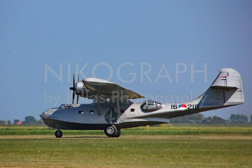 Amphibienflugzeug | Eine niederländische Consolidated PBY-5A Catalina startet am Flugplatz von Texel. Die Flugboote diesen Types wurden von 1935 bis 1945 gebaut und wurden zur Seeaufklärung eingesetzt. Das Amphibienflugzeug kann dank einziehbarem Fahrwerk sowohl im Wasser als auch an Land landen.