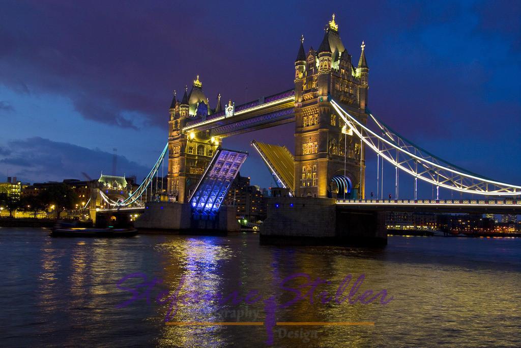 Geöffnete Tower Bridge by Nacht   Prince Albert Bridge