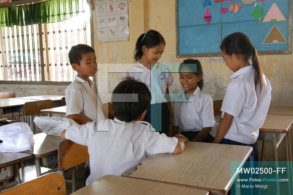 MW02500-FF | Kambodscha | Phnom Penh | Reportage: Apsara-Tanz | Tanzschülerin Sivtoi mit ihren Klassenkameraden in der Grundschule. Sie lernt den Apsara-Tanz in einer Tanzschule. Sechs Jahre dauert es mindestens, bis der klassische Apsara-Tanz perfekt beherrscht wird. Kambodschas wichtigstes Kulturgut ist der Apsara-Tanz. Im 12. Jahrhundert gerieten schon die Gottkönige beim Tanz der Himmelsnymphen ins Schwärmen. In zahlreichen Steinreliefs wurden die Apsara-Tänzerinnen in der Tempelanlage Angkor Wat verewigt.   ** Feindaten bitte anfragen bei Mario Weigt Photography, info@asia-stories.com **