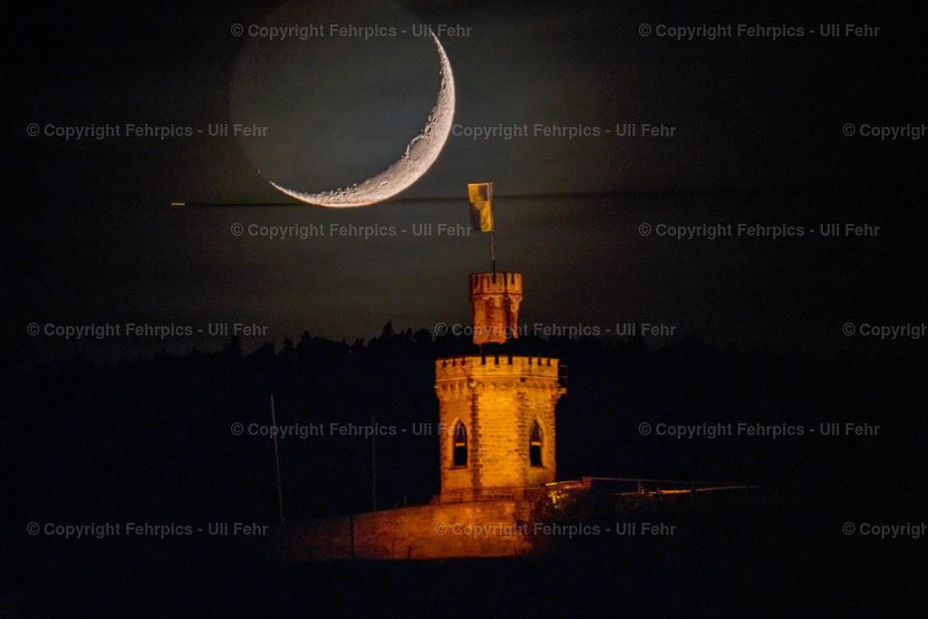Mondsichel über Flaggenturm | Der nur knapp beleuchtete Mond geht hinter dem Flaggenturm am Orteingang von Bad Dürkheim unter - Einzelaufnahme aus rund 1 km Entfernung mit 1000 mm Brennweite.