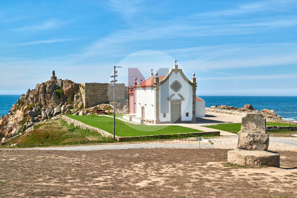 Der Strand an der Küste von Porto in Portugal