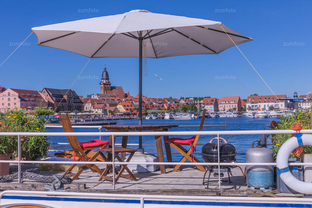 170709_1705-8066-A | --Dateigröße 6720 x 4480 Pixel-- Satdthafen von Waren am Nachmittag, mit Boot i, Vordergrund