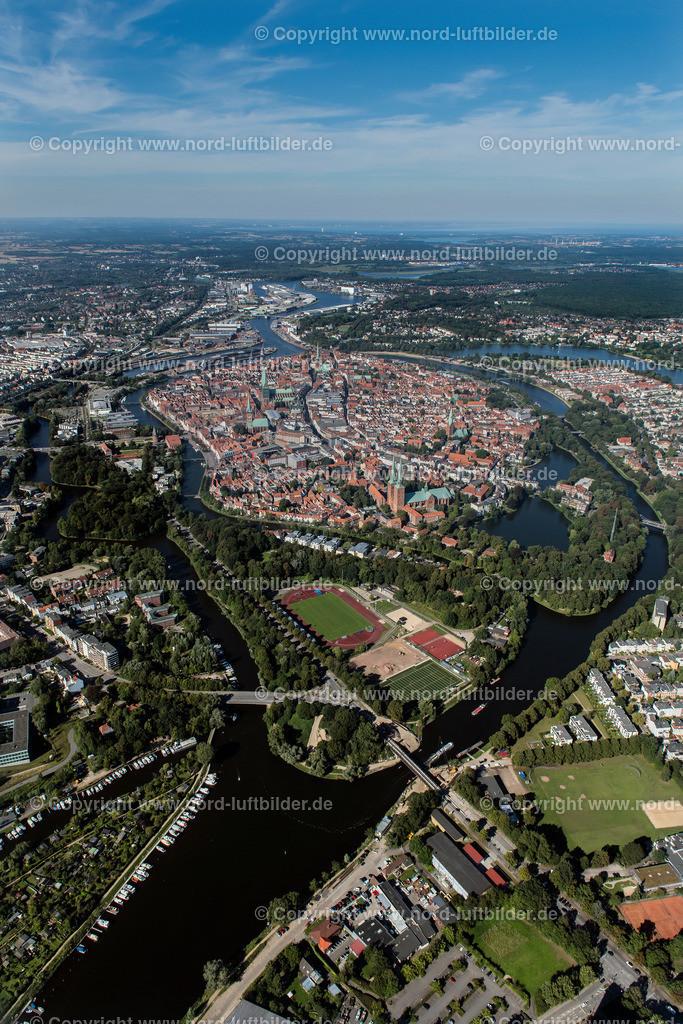Lübeck_ELS_3746250816 | Lübeck - Aufnahmedatum: 25.08.2016, Aufnahmehöhe: 505 m, Koordinaten: N53°51.051' - E10°40.631', Bildgröße: 4739 x  7101 Pixel - Copyright 2016 by Martin Elsen, Kontakt: Tel.: +49 157 74581206, E-Mail: info@schoenes-foto.de  Schlagwörter:Schleswig-Holstein,Hansestadt,Altstadt,Fachwerk,Holstentor,Luftbild,Luftbilder,