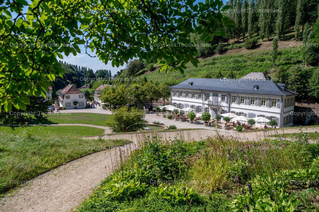 DSC_6933   Staatspark Fürstenlager, Parkanlage, Hessen, Bensheim-Auerbach,, das Bild zeigt rechts das Herrenhaus mit Brunnen,  Bild: Thomas Neu