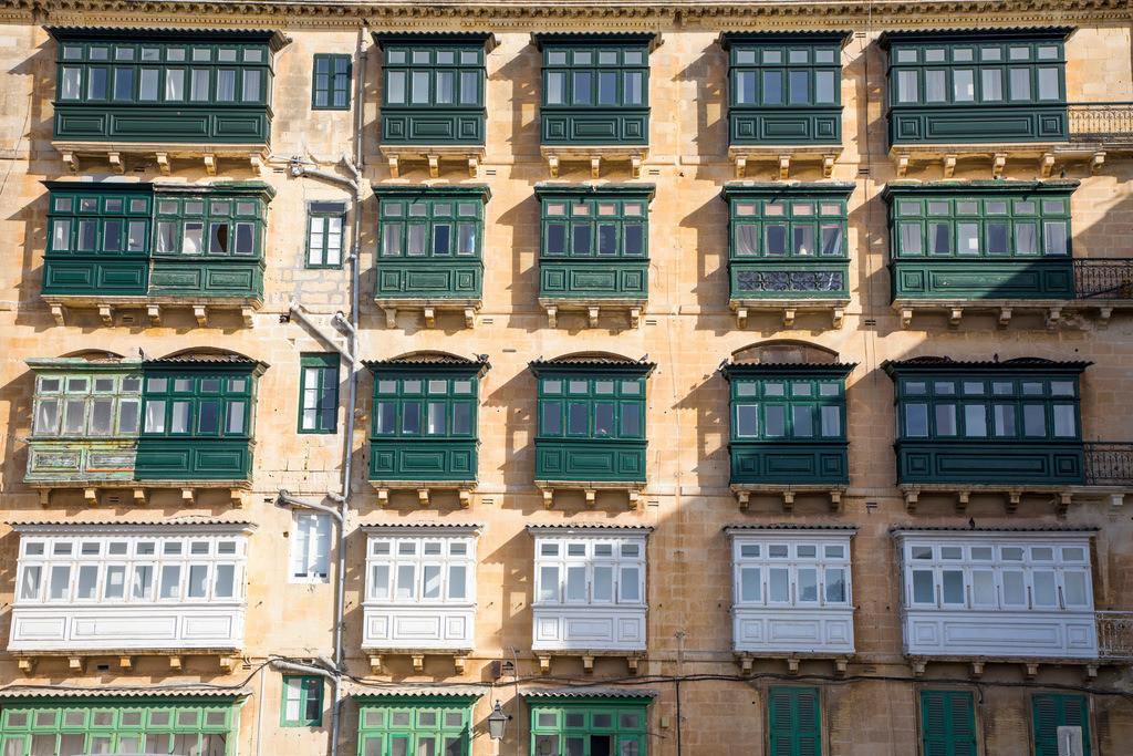JT-170510-239 | Valetta, Hauptstadt von Malta, typische, Holz verkleidete Balkone, Erker, mit Fenstern an den Häuser,