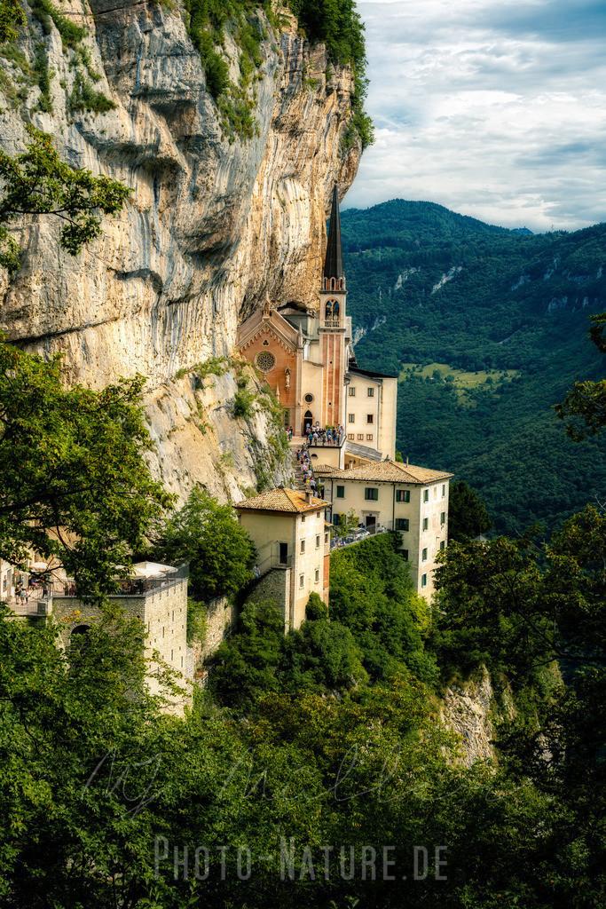 Eins mit dem Fels | Diese italienische Kirche wurde in einer Einheit mit dem Berg gebaut