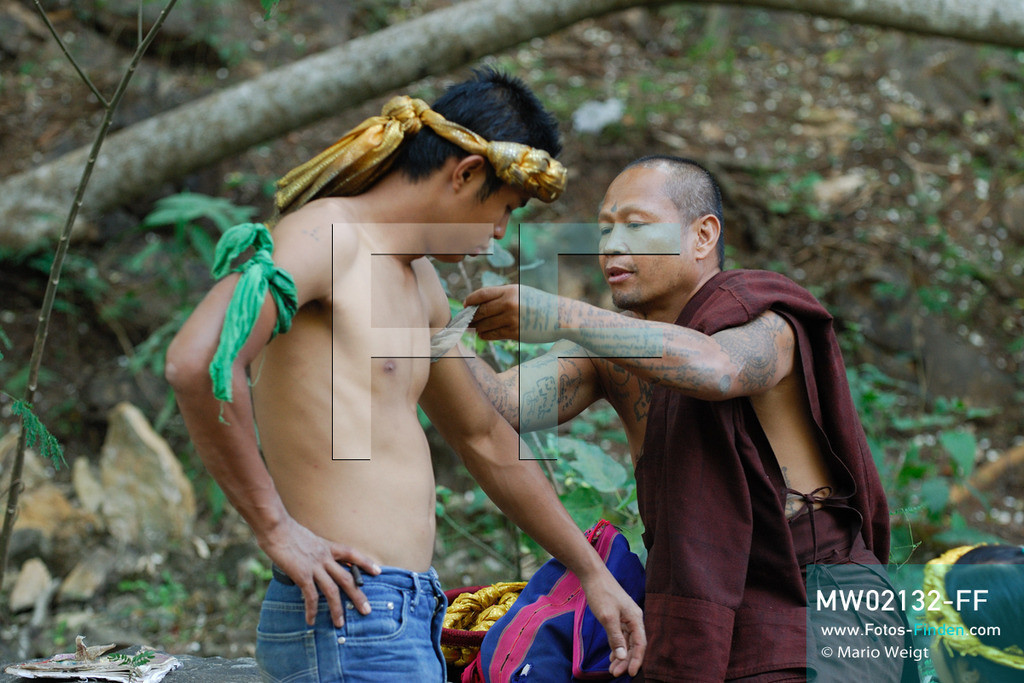 MW02132-FF   Thailand   Goldenes Dreieck   Reportage: Buddhas Ranch im Dschungel   Abt Phra Khru Bah Nuachai Kosito und sein Sohn Decho lernen den jungen Mönchen Muay Thai (Thaiboxen).  ** Feindaten bitte anfragen bei Mario Weigt Photography, info@asia-stories.com **