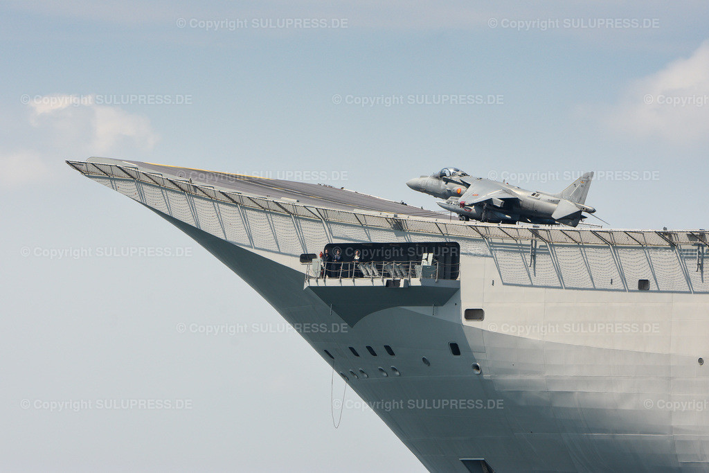 Landungsschiff Juan Carlos I. beim Einlaufen in den Kieler Hafen   05.06.2019, das große Landungsschiff Juan Carlos I. läuft in den Kieler Hafen ein, um am jährlichen Manöver BALTOPS teilzunehmen. Es ist mit einer Länge von 236,5 m das Flaggschiff der spanischen Marine. Es wird als amphibisches Angriffsschiff, sowie als leichter Flugzeugträger für den McDonnell Douglas AV-8B Harrier II eingesetzt. Detail vom Bug mit dem markanten Ski-Jump und einem Kampfflugzeug.