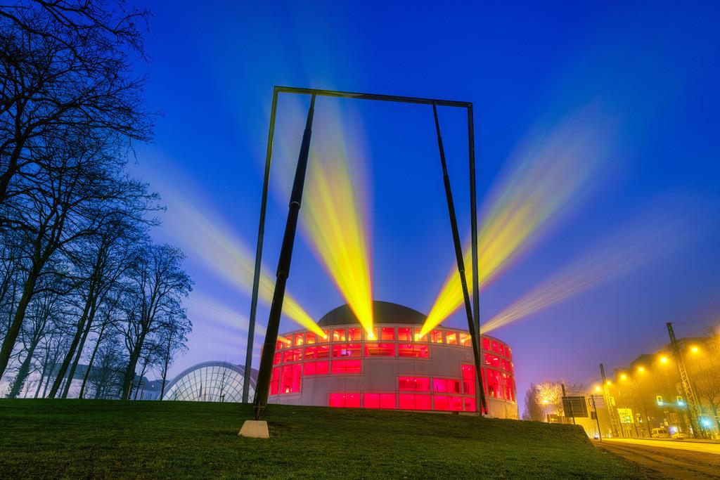 Stadthalle Bielefeld am 1. Januar 2021 (1) | Lightshow an der Stadthalle Bielefeld früh morgens am 1. Januar 2021.
