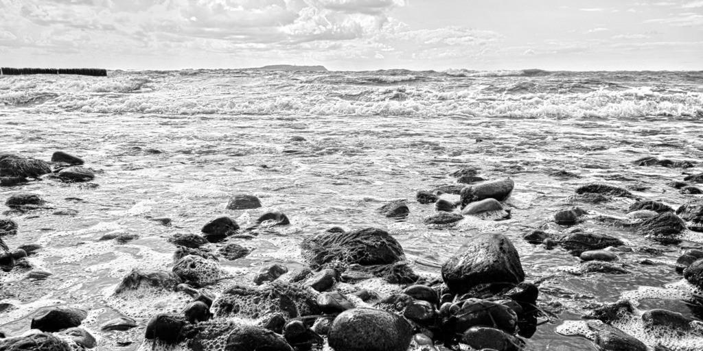 Brandung am Strand mit Steinen Panorama SW   Steine mit Algen überzogen in stürmischer Ostseebrandung Panorama SW