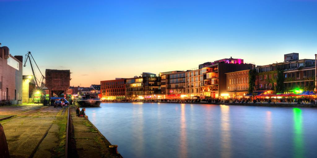 Münster alter Hafen mit Ladekran während des Hafenfests im Sommer   Dämmerungsfoto in der blauen Stunde vom alten Hafen in Münster mit Ladekran und Hafenfest auf dem Kreativkai - Münster-Panorama 2x1