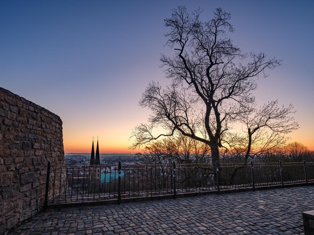 Blick über Bielefeld am frühen Morgen | Blick über Bielefelds Altstadt am frühen Morgen von der Sparrenburg aus.