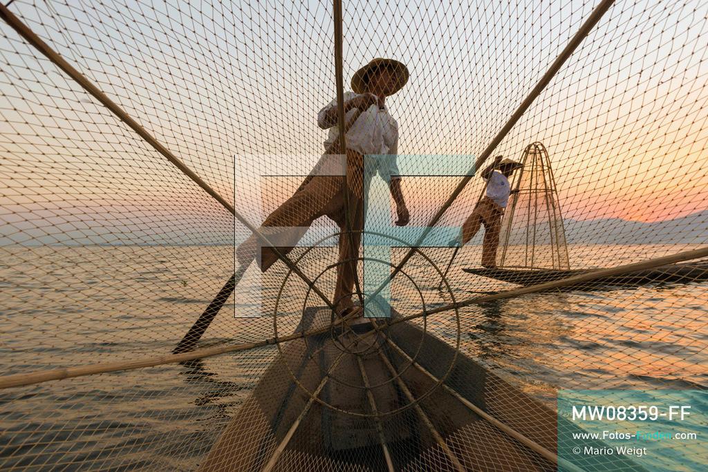 MW08359-FF   Myanmar   Inle-See   Nyaungshwe   Reportage: Ye Lin lebt auf dem Inle-See   Einbeinruderer mit Reusen beim Sonnenuntergang. Der 8-jährige Ye Lin Yar Zar lebt mit seinen Eltern in einem Pfahlhaus auf dem Inle-See. Er gehört zur ethnischen Gruppe der Intha und beherrscht die einzigartige Einbeinrudertechnik, um zur Schule zukommen.  ** Feindaten bitte anfragen bei Mario Weigt Photography, info@asia-stories.com **