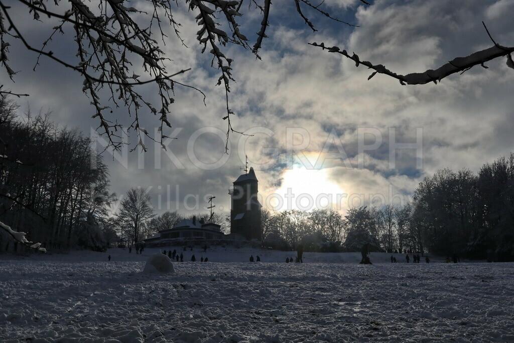 Schnee am Danzturm in Iserlohn | Die verschneite Danzturmwiese mit dem Danzturm im Licht der Wintersonne.