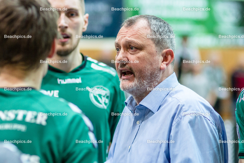 2016_038_BLM_Netzhoppers-Lüneburg | besorgtes Gesicht vor dem Spiel Mirko Culic (Netzhoppers Trainer)