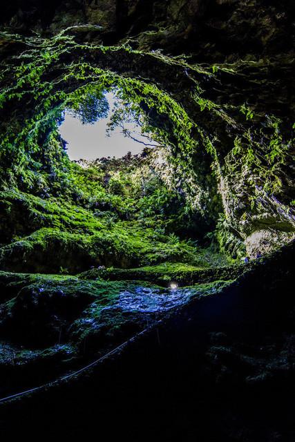 Vulkanschlot Algar do Carvao | Tief im innern des Vulkans kann man nur erahnen, wie die Lava sich ihren Weg nach oben gebahnt hat
