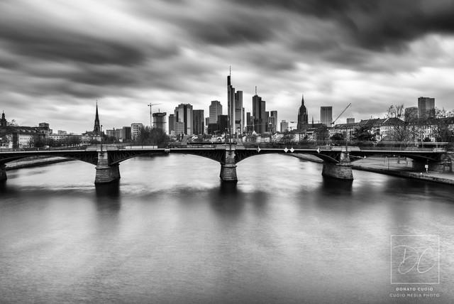 Frankfurter Skyline | Langzeitbelichtung am Tag, mit ND-Filter, und dann in Schwarz/Weiß umgewandelt.