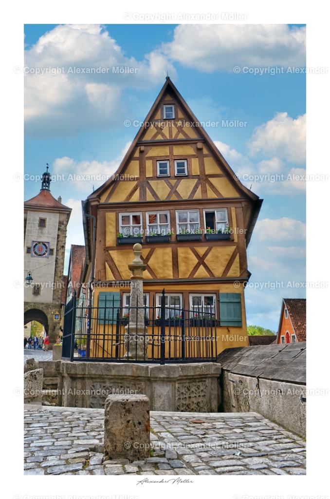 Rothenburg ob der Tauber No.55 | Dieses Werk zeigt das Plönlein – Rothenburgs Wahrzeichen. Der Plönlein ist eine Straßengabelung und ein ehemaliger Fischstapelplatz mit Blick auf Sieberstor und Kobolzellertor in Rothenburg ob der Tauber. Aufgrund seiner Schönheit und Romantik zählt es zu einem der besten Plätze für Postkartenmotive und Bilder.