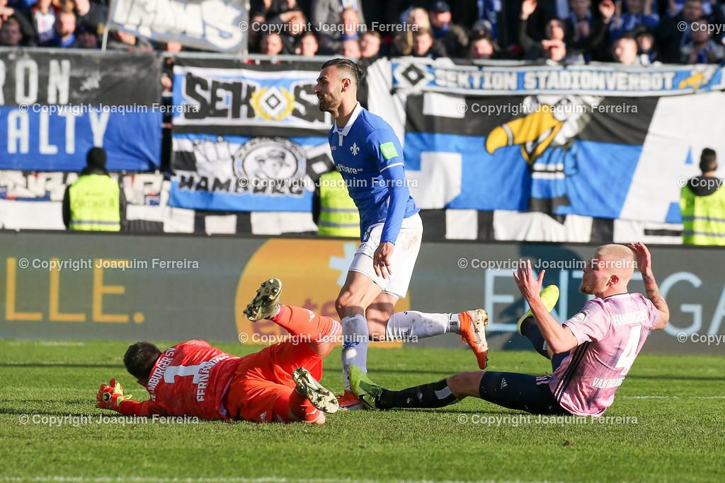 191221svdvshsv_1103 | 21.12.2019 Fussball 2.Bundesliga, SV Darmstadt 98-Hamburger SV emspor, despor  v.l.,  Goalkeeper, Torwart Daniel Heuer Fernandes (Hamburger SV), Serdar Dursun (SV Darmstadt 98), Goal scored, Tor zum 2:2, Rick van Drongelen (Hamburger SV)    (DFL/DFB REGULATIONS PROHIBIT ANY USE OF PHOTOGRAPHS as IMAGE SEQUENCES and/or QUASI-VIDEO)