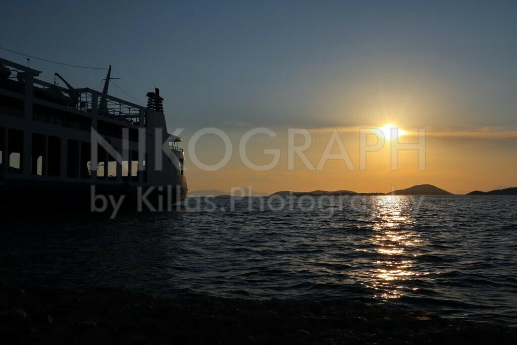 Sunset in Igoumenitsa (Ηγουμενίτσα) | Ein romantischer Sonnenuntergang am Fährhafen von Igoumenitsa.  Der Fährhafen von Igoumenitsa verbindet das griechische Festland mit Korfu (Κέρκυρα) sowie den Fährhäfen Bari, Brindisi, Venedig und Ancona an der italienischen Adriaküste.  Neben dem Fährhafen ist Igoumenitsa an die Autobahn Egnatia Odos (A2) angebunden  Igoumenitsa beheimatet rund 26.000 Einwohner und gehört dem Regionalbezirk Thesprotia (Θεσπρωτία), der Region Epirus (Ήπειρος) an. Mit der deutschen Stadt Velbert unterhält Igoumenitsa eine Städtepartnerschaft.