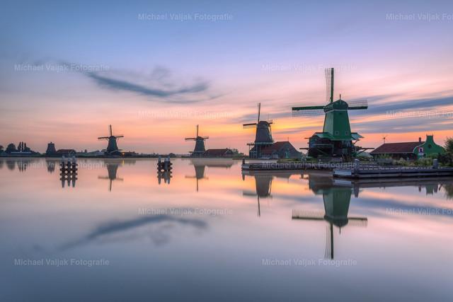 Windmühlen in Zaanse Schans in Holland | Morgenstimmung in Zaanse Schans in den Niederlanden, einem Wohn- und Handwerkerviertel von 1850, in dem Handwerker noch heute auf traditionelle Weise ihre tägliche Arbeit verrichten. Das kleine Dorf liegt bei Zaandijk, etwa 20 km nördlich von Amsterdam.