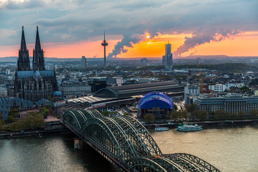 JT-160428-228 | Kölner Dom, Innenstadt Köln, Hohenzollernbrücke, Eisenbahn und Fußgängerbrücke über den Rhein, hinten Kraftwerke im Rheinischen Braunkohle Gebiet,